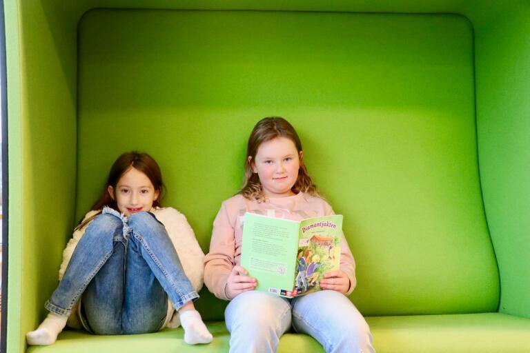 Luna Behluvic och Smilla Kärn tycker om att läsa och brukar gå till biblioteket efter skolan.