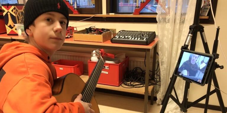 Distansundervisning på Kulturskolan i Borgholm. Elev Alexander Arvidsson, lärare på skärmen Andreas Söderberg.