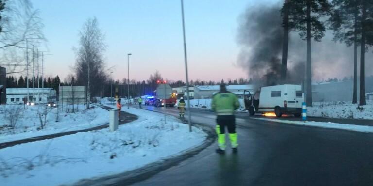 Nybro: Minibuss fattade eld under färd