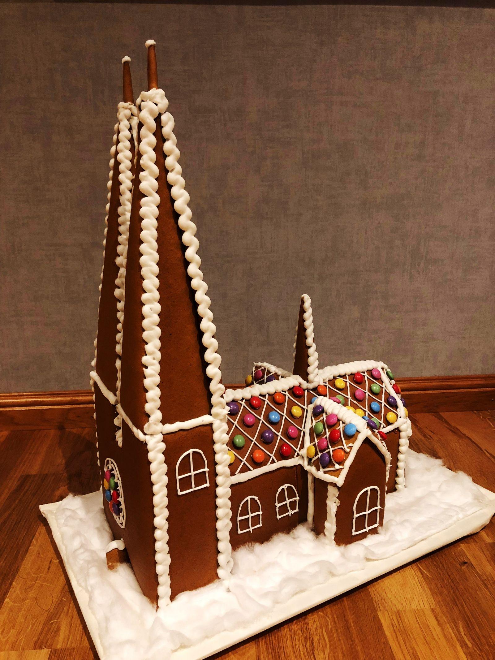 Catarina Wiiks familj har skapat Uppsala domkyrka i pepparkaka. Dottern Sanna flyttade till Uppsala i höstas för att studera på SLU, så därför valde familjenatt bygga något med anknytning till staden.