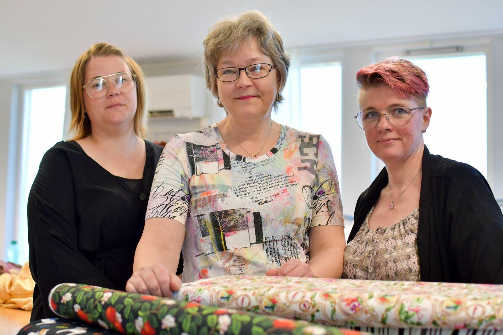 Till sin hjälp i syateljén har Helén Nordh (i mitten) sömmerskorna Kim Ipsen och Mari Sjölund.