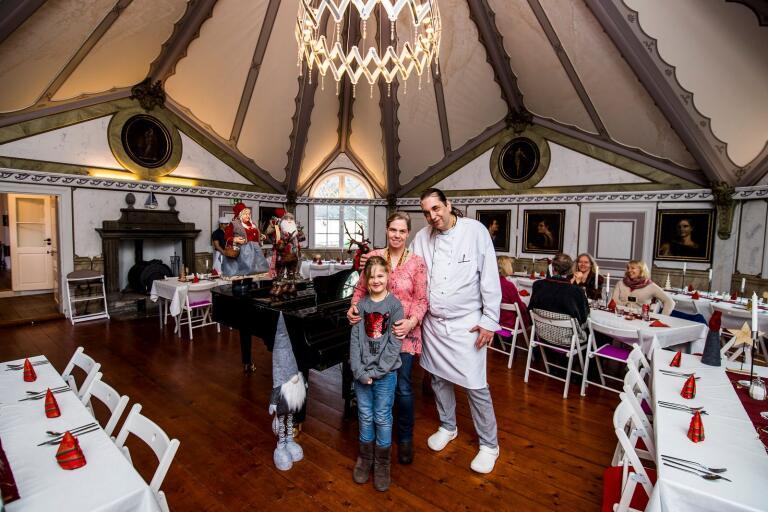 Stefan, Melanie tillsammans med dottern Arya i matsalen.