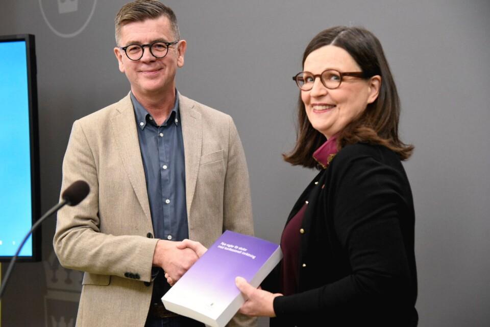 Utredaren Lars Arrhenius varnar utbildningsminister Anna Ekström (S) för att gå vidare med ett etableringsstopp för konfessionella fristående skolor.