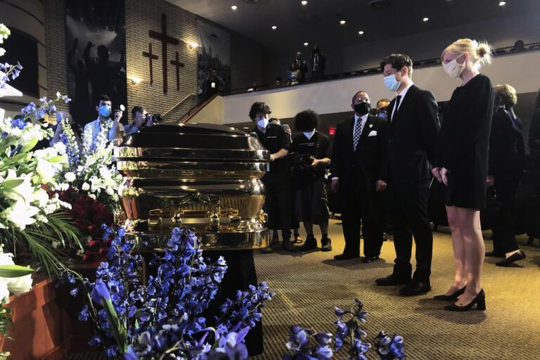 Minneapolis Borgmästare Jacob Frey (andra från höger) deltar i George Floyds minnesceremoni i Minneapolis.