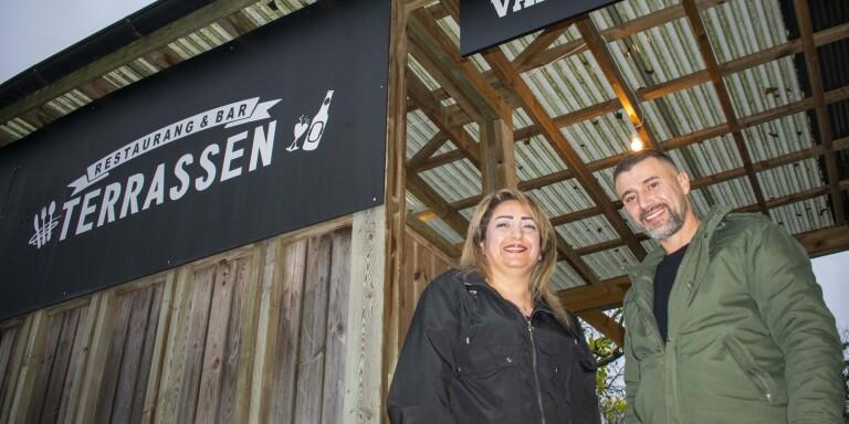 Restaurang Terrassens nya ägare Samira Hussein tillsammans med en av de anställda Wahid Alshehabi.