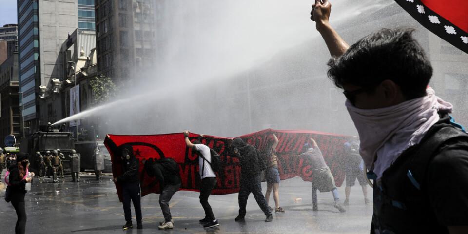 Även om onsdagens protester var lugnare än tidigare sattes vattenkanoner in mot demonstranter i Chiles huvudstad Santiago.