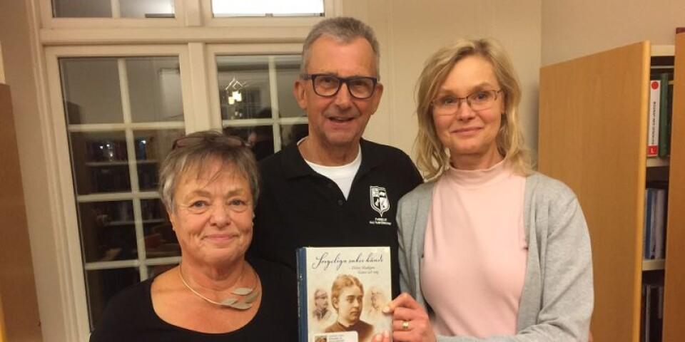 Kathinka Lindhe (tv) tillsammans med Bertil Nilsson, ordförande i Faerelde kulturförening och Annice Hansson, bibliotikarie i Färlöv.
