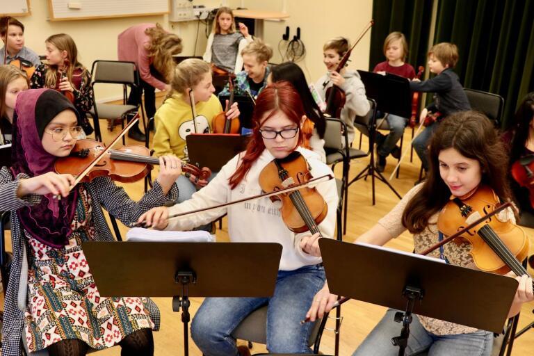 Det var trångt i salen när alla stråkelever skulle ta plats. Här ses Irish Abdullah, Erika Wisberg och Bianca Alexandra Tudor stämma sina fioler.