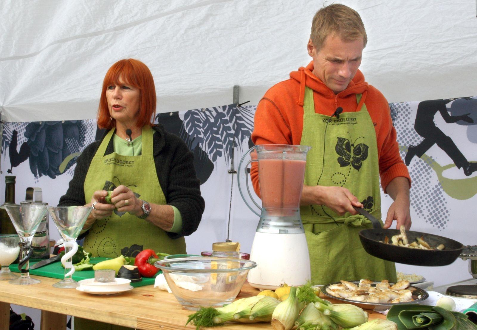 Konstnären Ulrica Hydman-Vallien lagade till ekologiska läckerheter tillsammans med kocken Rune Kalf-Hansen på Stortorget.