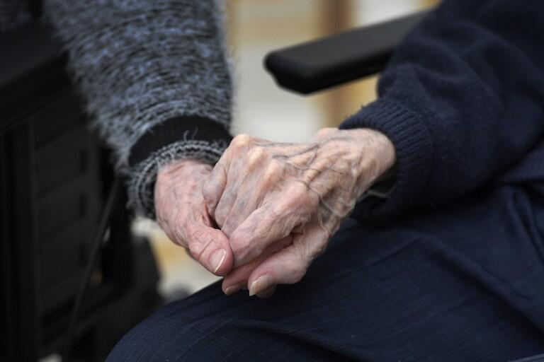 Coronakrisen: Besöksförbudet på äldreboenden upphävs