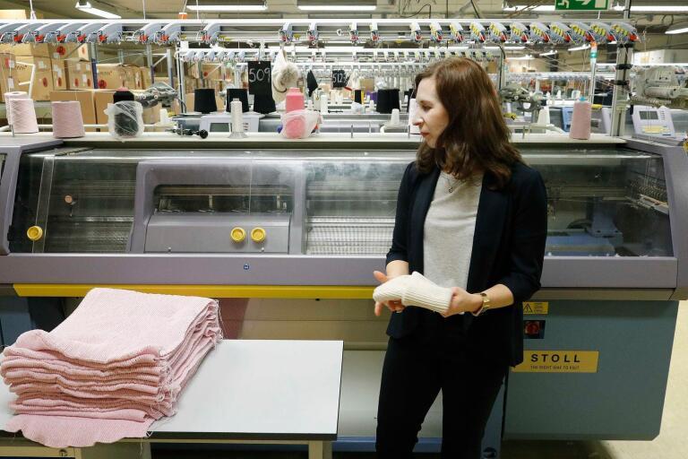 Sara Nevander hoppas att stickföretaget i Sätila får desto mer att göra till hösten.