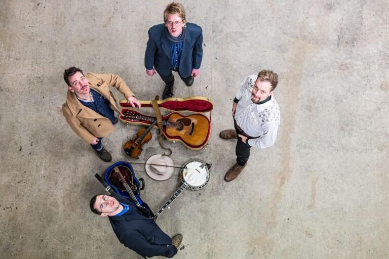 Svante Sjöblom & Twang lite grann från ovan. Medurs från överst; Spencer Gross (kontrabas),Thyge van Dassen (fiol), Peter Banks (banjo) och Svante Sjöblom (gitarr och mandolin).