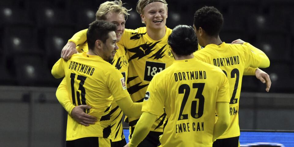 Borussia Dortmunds Erling Haaland gratulerades efter sitt tredje mål borta mot Hertha Berlin.