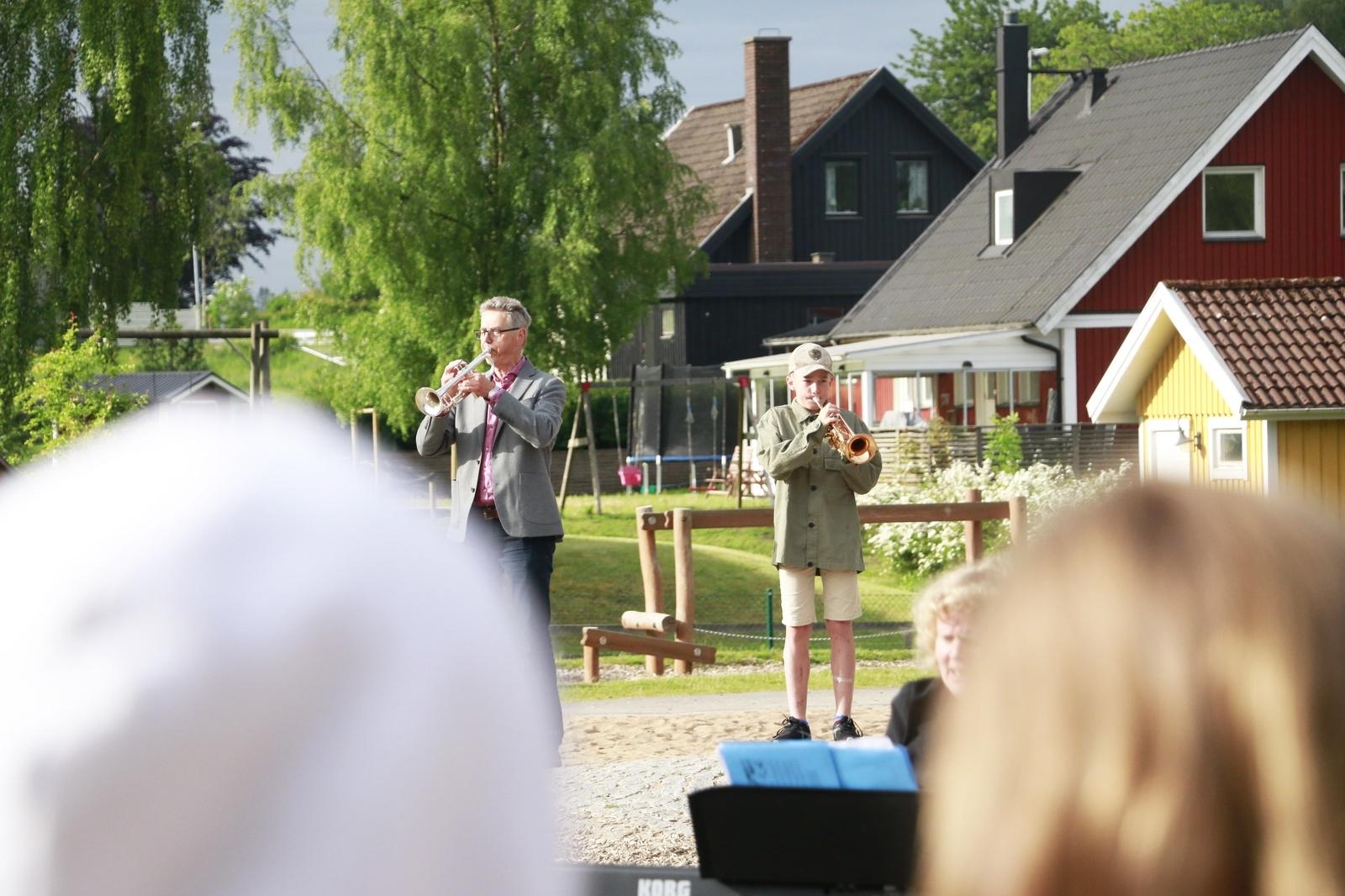 Femteklassaren Oscar Wildt Appelgren satte tonen för  skolavslutningen på Hössna skola när han inledde med nationalsången.