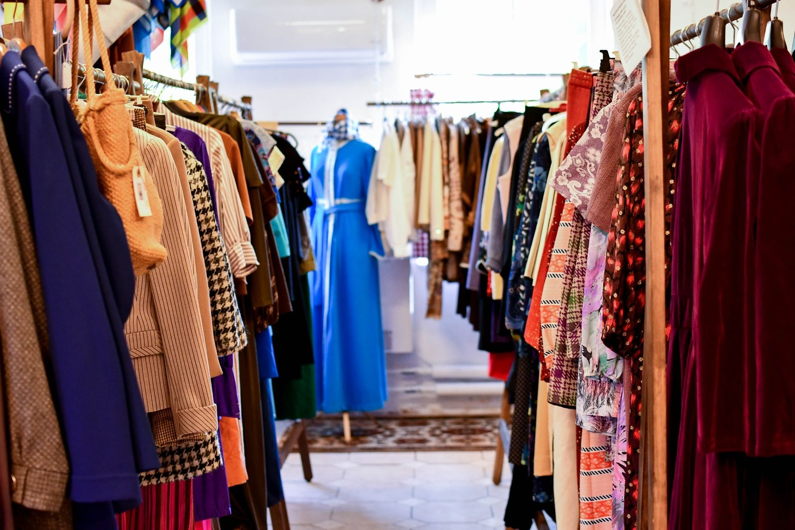"""""""Jag har ungefär 700 plagg i lager och säljer även alla kläder och accessoarer på e-handel"""" berättar Susanna."""