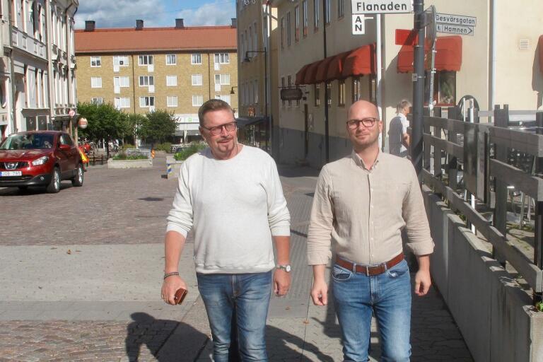 Sverigedemokraternas Leif Axelsson och Mikael Erlandsson tänker inte medverka till att äldreboenden i kommunens ytterområden läggs ned.