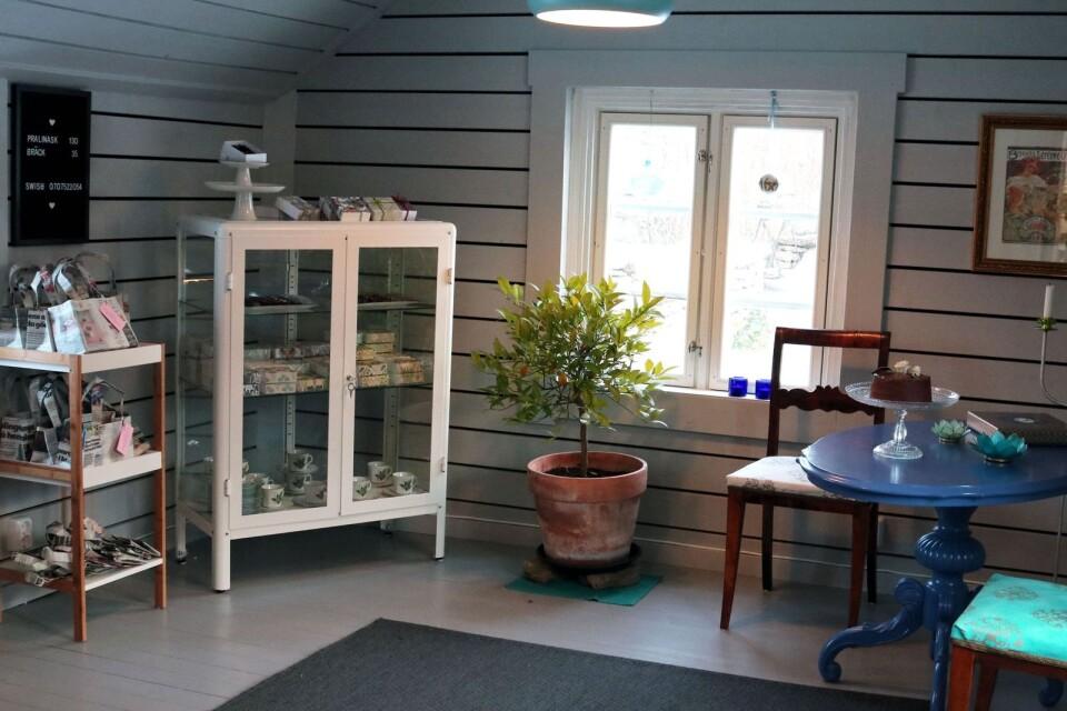 Inne i gårdshuset säljs det praliner och bräck. I rummet intill sker tillverkningen.