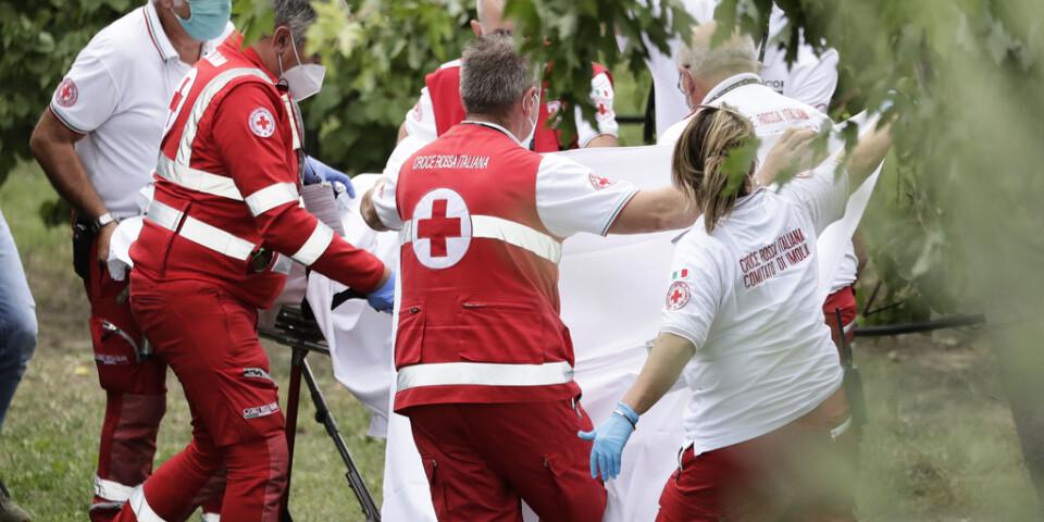 Chloé Dygert bärs bort till ambulansen efter kraschen i cykel-VM.