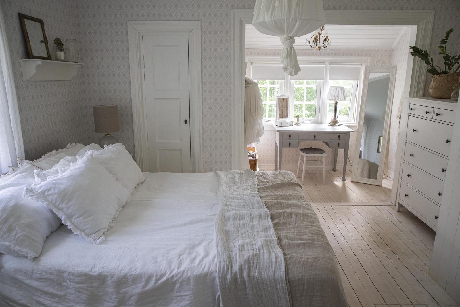 Parets sovrum var ett gammalt kök som var genomfart till allla rum på ovanvåningen. Nu har de slagit igen dörrar och ändrat om hela planlösningen.