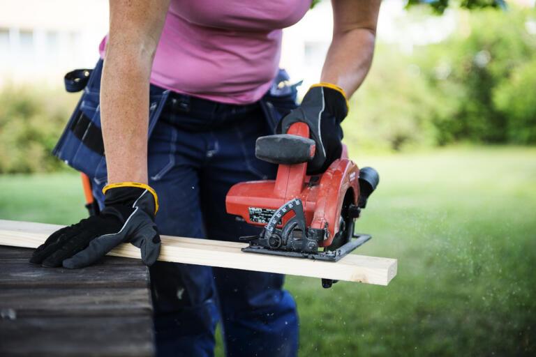 Att jobba hemifrån i coronakrisen är inget alternativ för landets snickare och elektriker. Nu uppger de fackliga organisationerna Byggnads och Elektrikerna att mindre och medelstora företag flaggar om inställda jobb och ekonomiska svårigheter. Arkivbild.