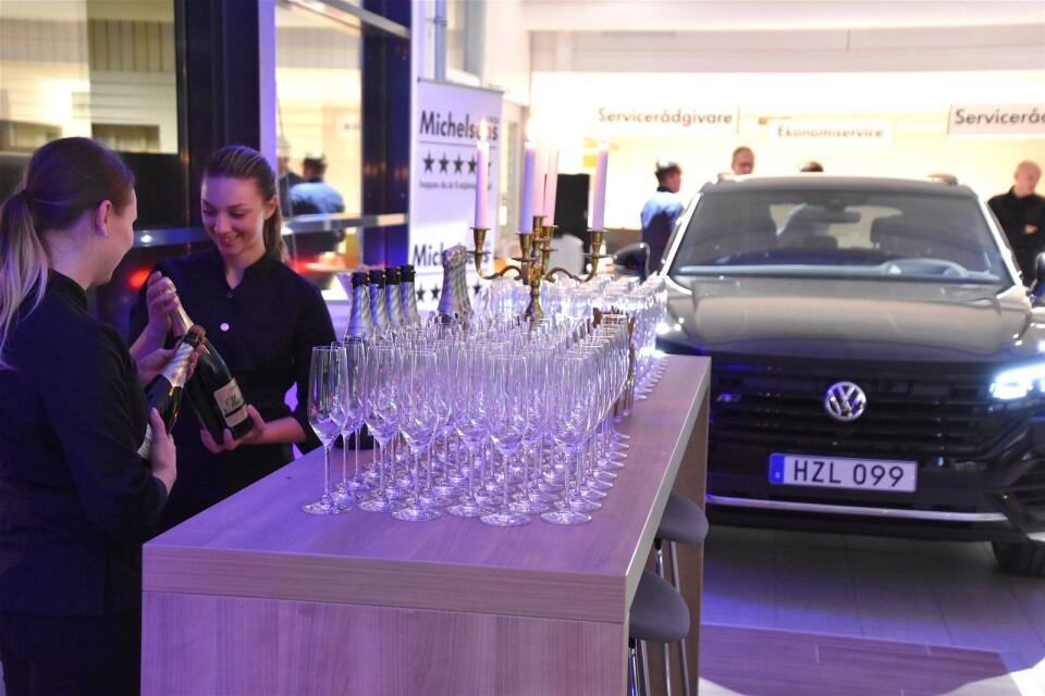 Levande ljus, bubbel, bilar och mingel – Michelsens Bil firar sin nya anläggning i Ystad.