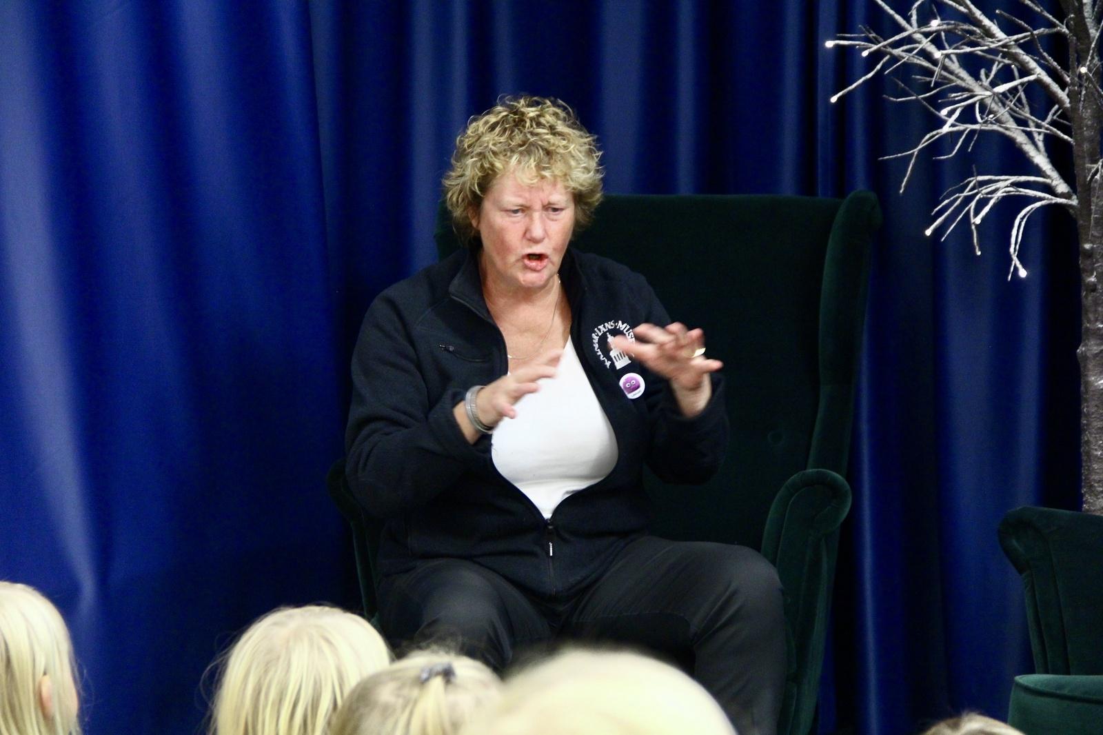 Helene Andersson från länsmuseet kom till Torsås för att berätta historier på biblioteket.