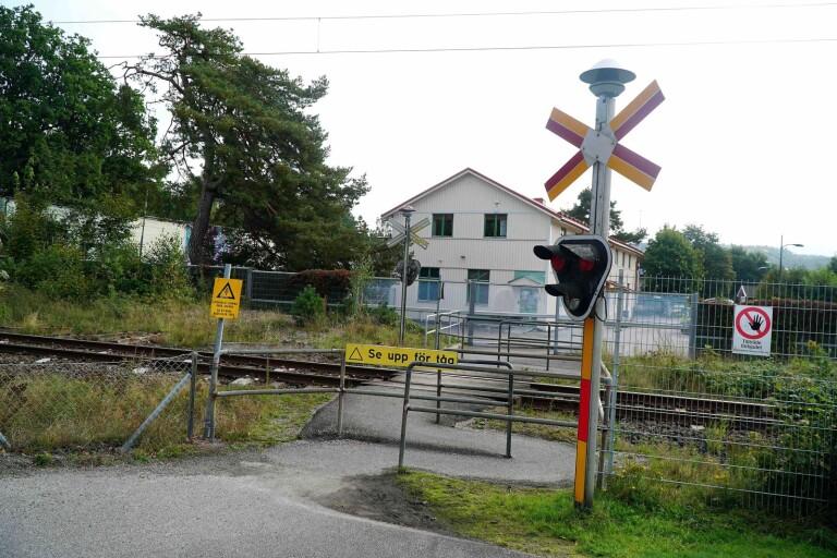 Föräldrarna tycker att det känns osäkert att låta deltagare i daglig verksamhet korsa järnvägen.