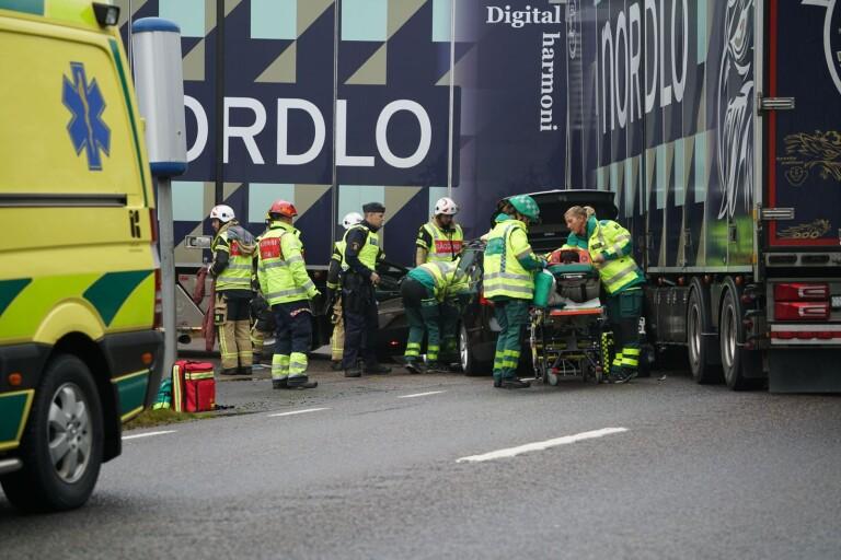 Krock mellan lastbil och personbil på 23:an - en person förd till sjukhus