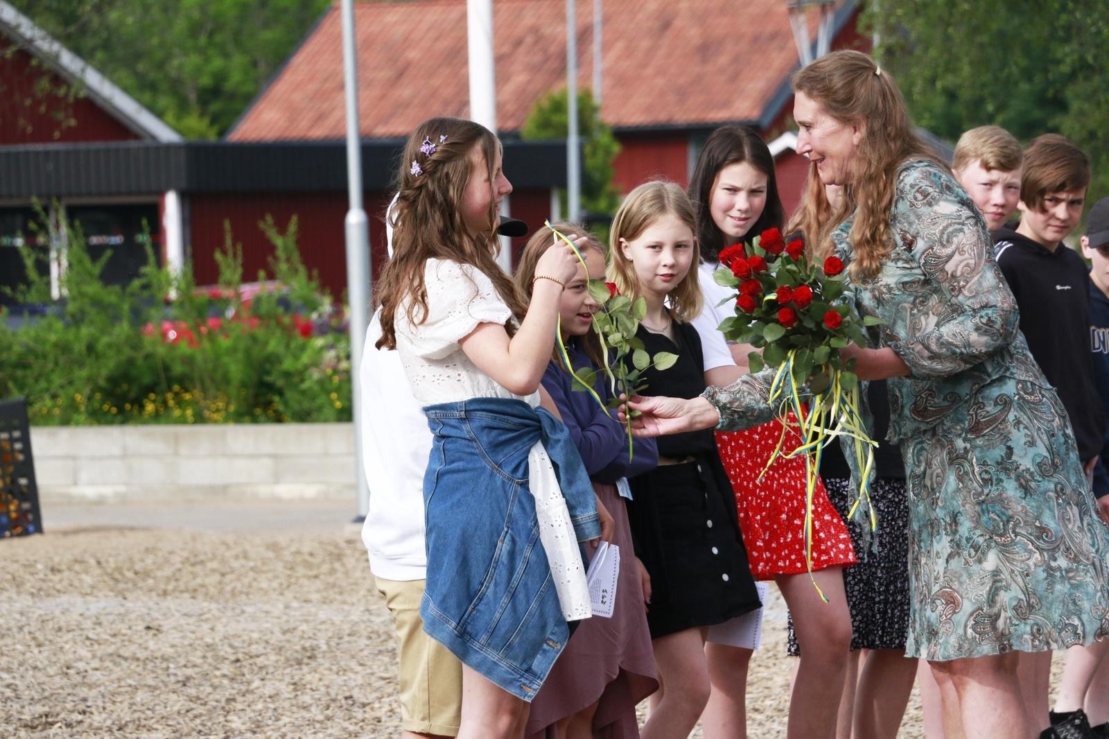 Sexorna tackades av med rosor, som delades ut av rektor Ingela Alkanius.