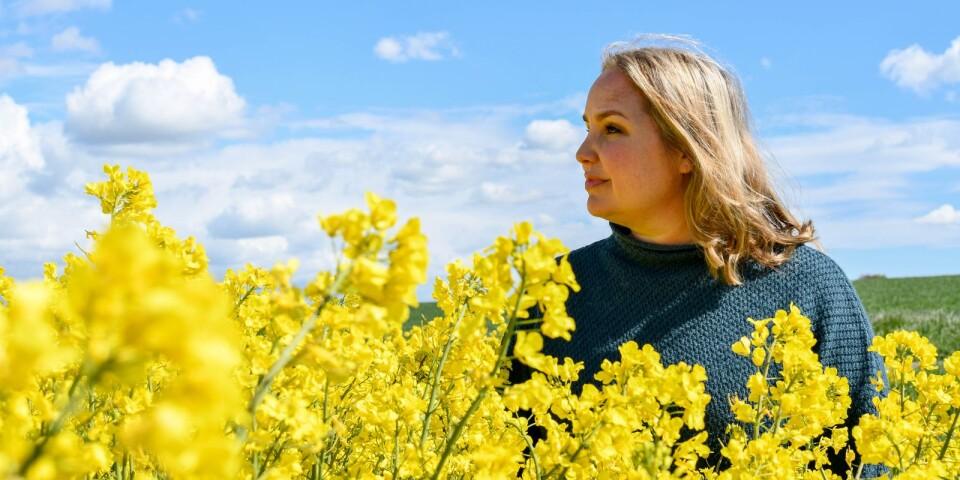 """Emmy Abrahamson debuterade som författare 2011 med ungdomsromanen """"Min pappa är snäll och min mamma är utlänning"""" och slog igenom stort med sin första vuxenbok, """"Hur man förälskar sig i en man som bor i en buske"""", som har sålts i fler än 150 000 exemplar. I dagarna släpper hon nya boken """"Hur man blir slängd överbord""""."""