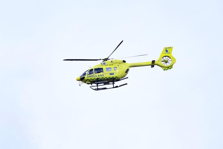 Mannen fördes till sjukhus med ambulanshelikopter. Arkivbild.
