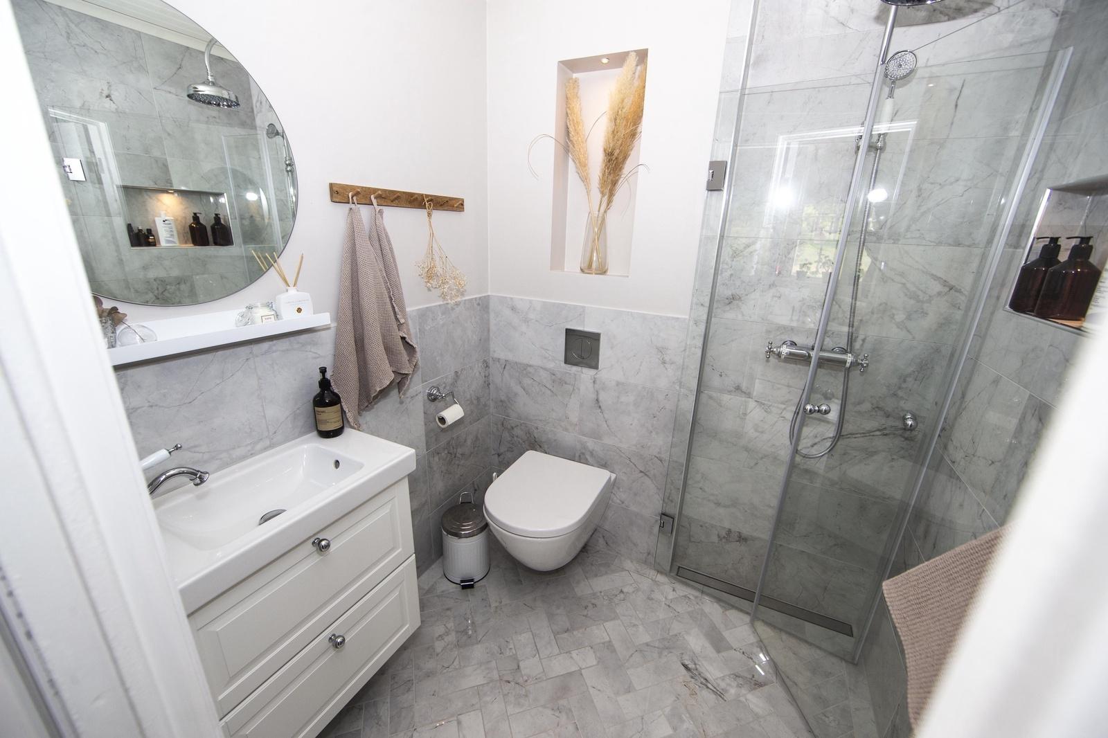 Badrummet på nedervåningen är det som senast blev renoverat. Det blev färdigt i höstas.