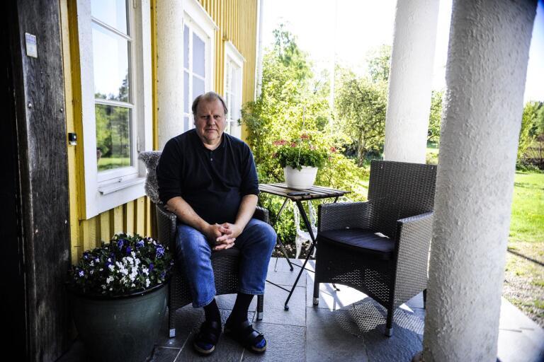 Älmhultsbon Bengt-Eric Ericsson har polisanmält Älmhults kommun. Hemtjänstpersonalen fick inte använda munskydden hans familj köpt vid vård av hans föräldrar.
