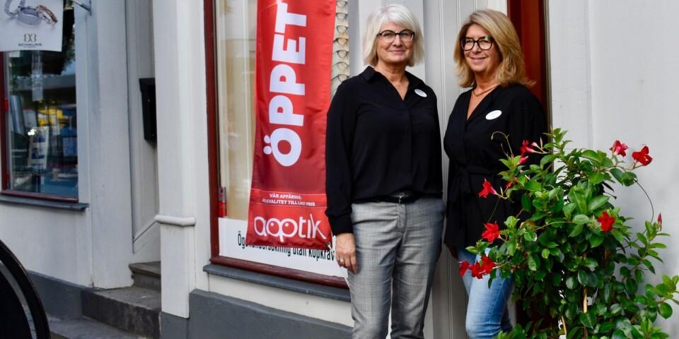 Britt-Helene Thorman och Gunilla Nyberg från Aoptik. Tillsammans med kollegan Britt Stenlund hjälper de kunder att hitta rätt glasögon.