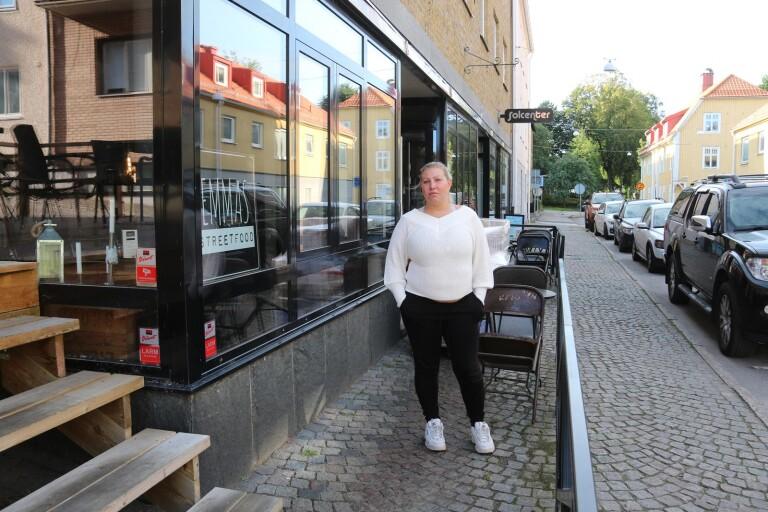 """Emma Stark som driver restaurangen Emmas Streetfood berättar att hon är ledsen och upprörd att hon inte får sätta upp en skylt på fasaden för att marknadsföra sin verksamheten. """"När man går på Storgatan finns det hur många skyltar som helst med belysning. Det känns orättvist att inte jag får bygglov för att sätta upp en liknande skylt""""."""