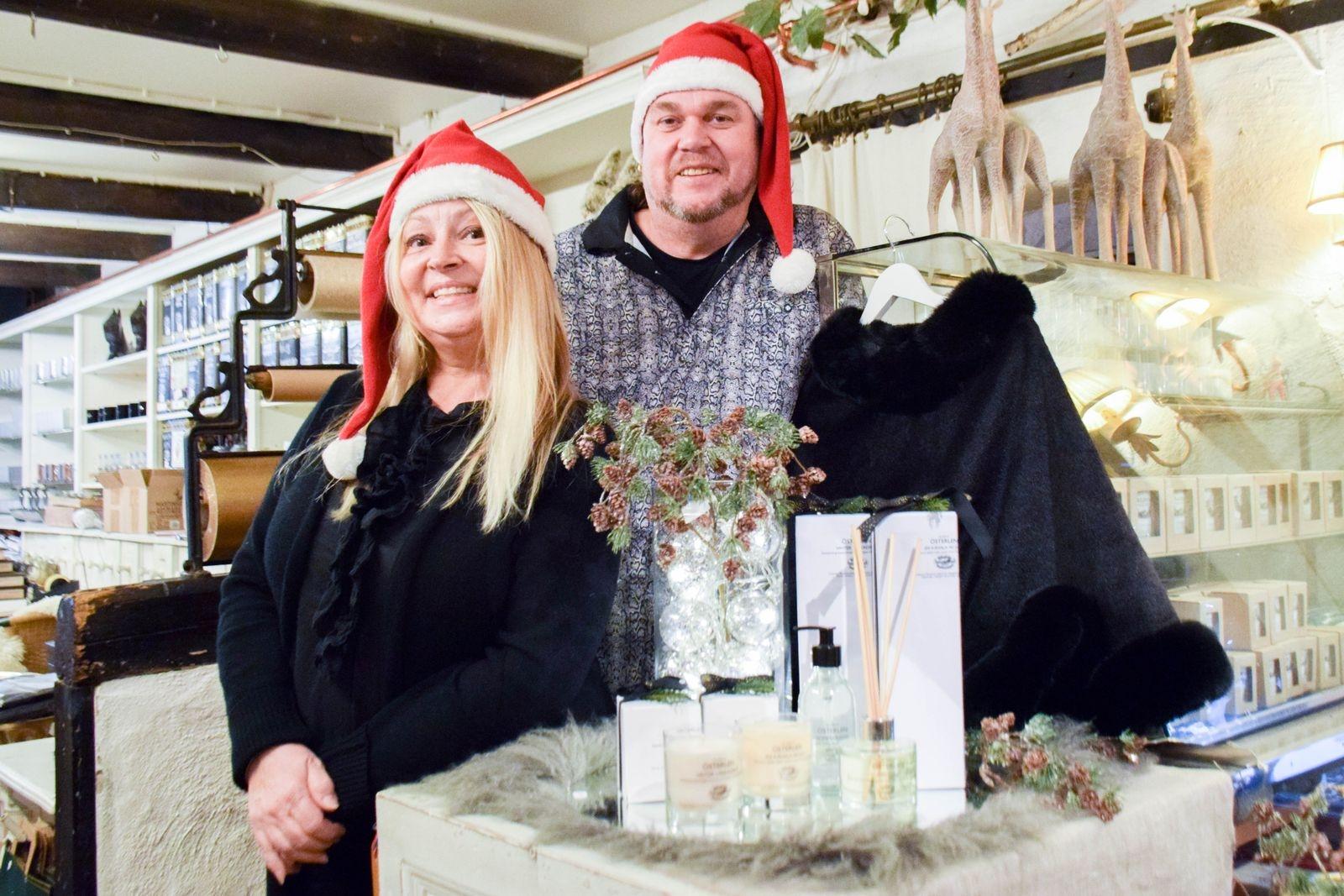 """Cecilia och Michael Mehler på Hylkegården tipsar om produkter från egna kollektionen. Doftljus med namn som """"Vinter i paradiset"""" och """"En känsla av jul"""", doftpinnar och tvål som tillverkas av Reunion home."""