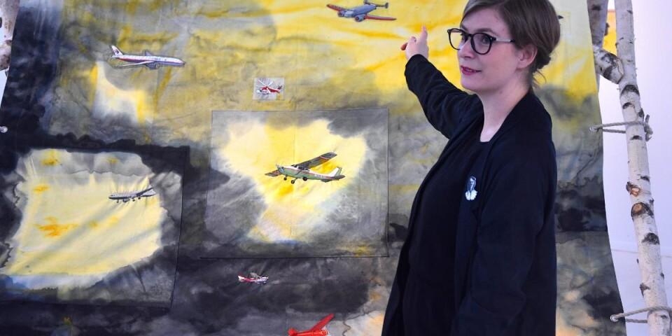 """Ida-Lovisa Rudolfssons verk """"Do you hear the rain?"""", där bland annat de många flygplanen är broderade, är en hyllning till dem som vågade gå sin egen väg, oavsett om de lyckades eller inte."""