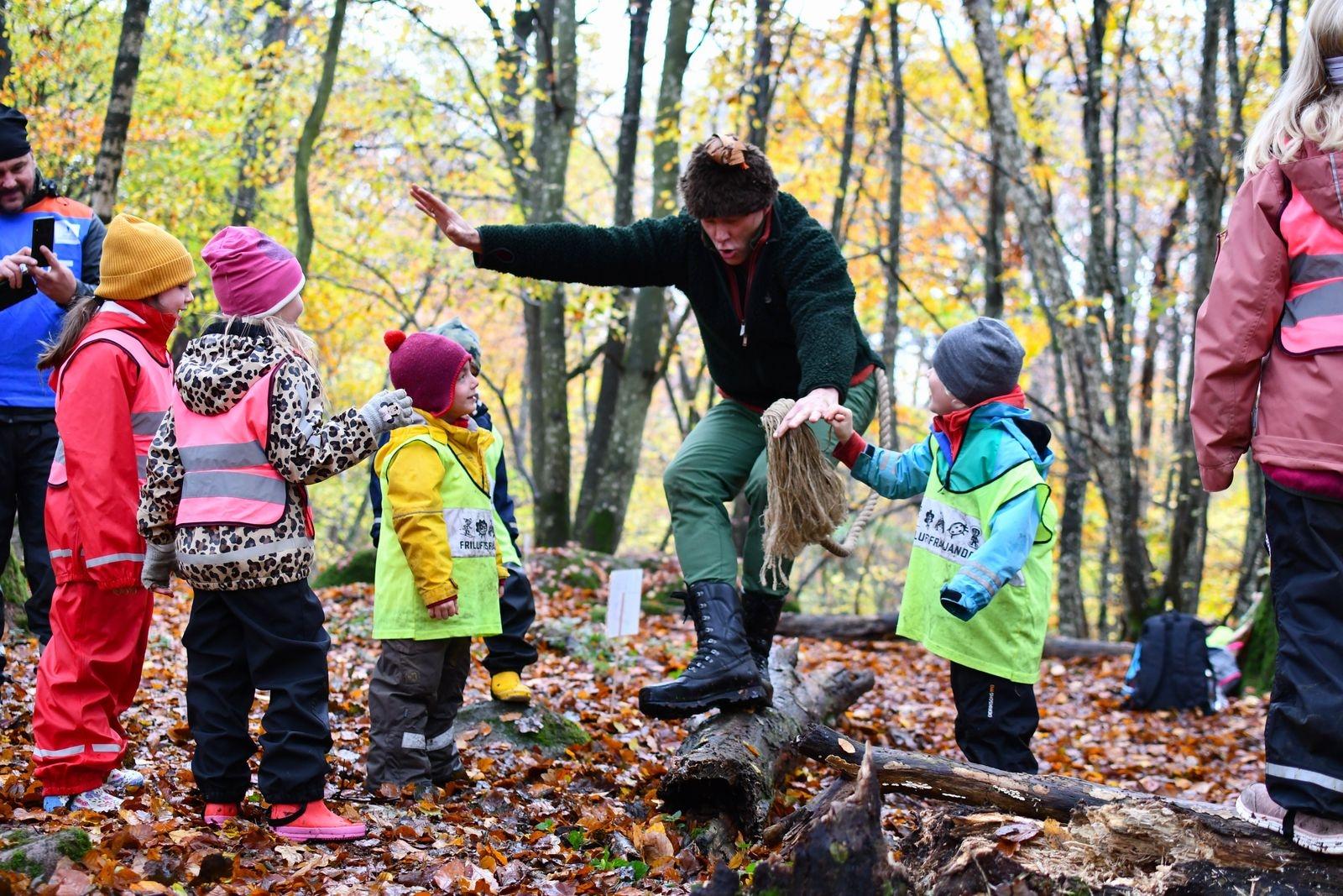 Alla träffar sker utomhus. Vid Skogsmullegruppens träff i Gylleboskogen kom Mulle själv på besök, till barnens stora förtjusning.