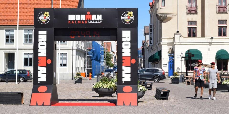 Installationen med Ironmanbågen på Stortorget.