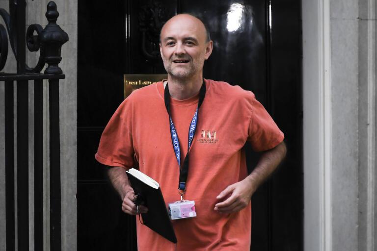 Boris Johnson främsta politiska rådgivare Dominic Cummings fastnade på bild när han lämnade 10 Downing Street i söndags.