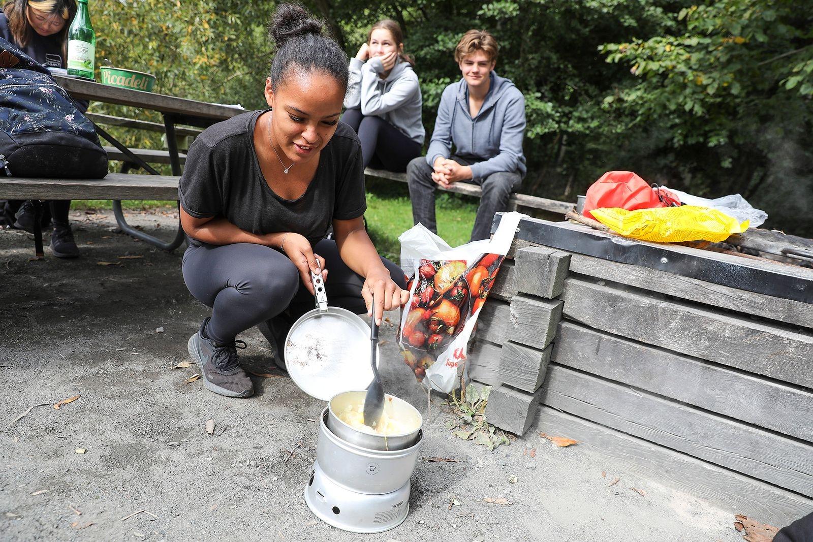 Cecibel van den Berg, Siri Ängmo och Samuel Valentin väntade tålmodigt på att maten skulle bli klar.