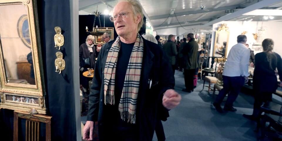 Antikmässans general, Jan-Erik Öhgren, är en av flera lokalkändisar som förekommer i boken.