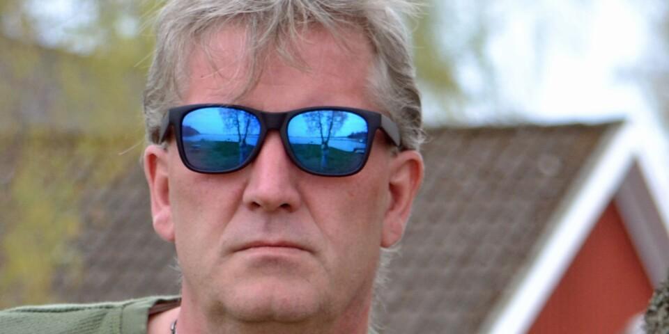 Den såg han inte riktigt komma... bakom sina solglasögon. Mikael Linnander for till Kärrasand och blev delarrendator i en danbana. Nu laddar han för femte sommaren, och han är helfrälst på stället och kulturen.