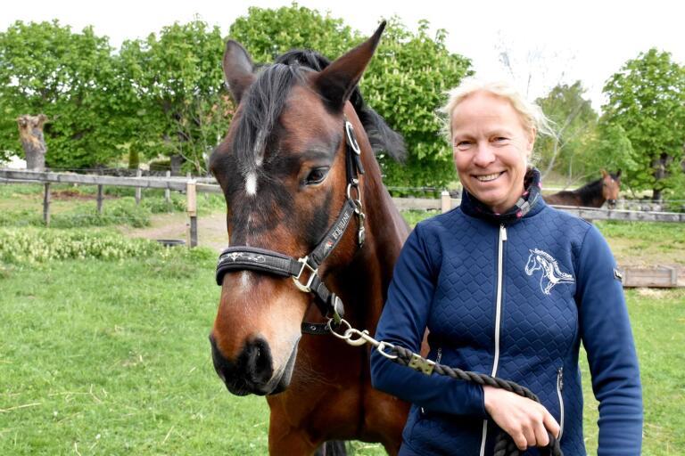 Mariann Olsen, equiterapeut som arbetar i hela södra Sverige, har testat att vara utan egen häst i några månader, men fick högt blodtryck. Så connemaran Zack (Glencaugh Blaze) ingår nu i familjen.