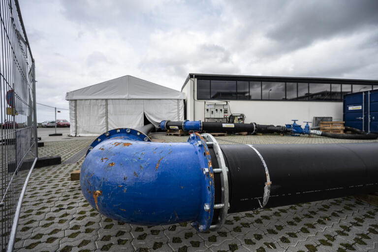 Avloppsrör vid pumpstationen i hamnen i Skovshoved norr om Köpenhamn. Härifrån var det tänkt att 290|000 kubikmeter avloppsvatten skulle pumpats ut i Öresund. Nu avslöjar TV2 Lorry att betydligt större mängder orenat avloppsvatten har släppts ut i Öresund de senaste åren.