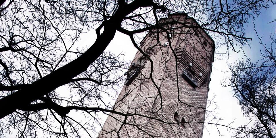 Riv det fula Vattentornet och ersätt det med nya och attraktiva bostadshus, föreslår skribenten.