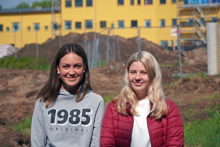 Cornelia Allansson och Alva Johansson framför nya Lyckeskolan.