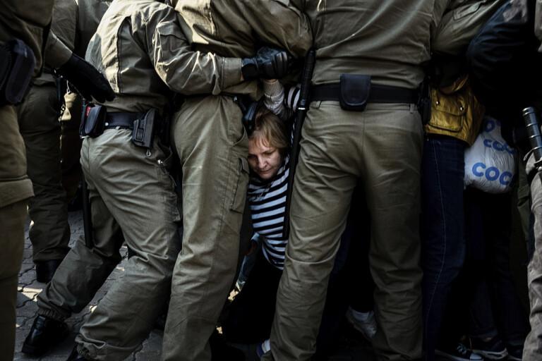 Poliser i grupp försöker hindra demonstranter vid förra helgens protester i Minsk.