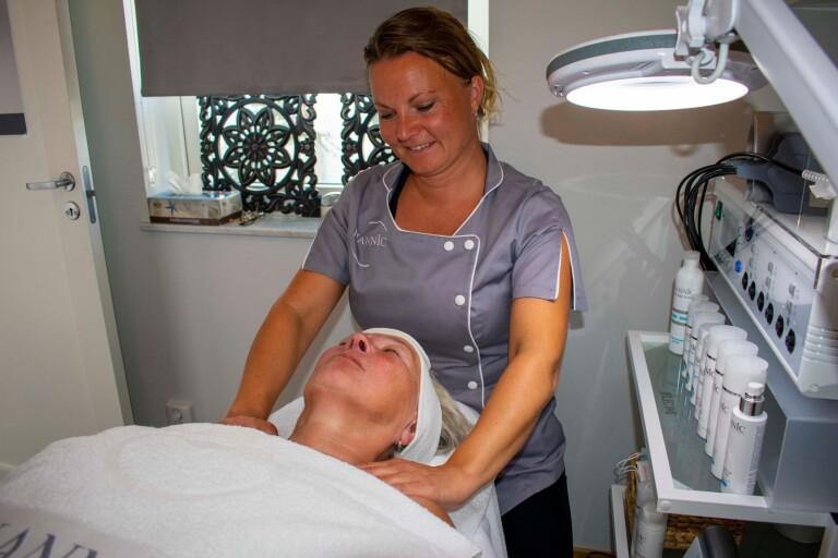 Hudterapeuten Mirka Törmänen berättar om hur du tar hand om din hud.
